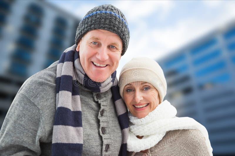 Πορτρέτο του ευτυχούς ανώτερου ζεύγους στο θερμό ιματισμό στοκ εικόνες