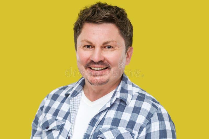 Πορτρέτο του ευτυχούς επιτυχούς όμορφου μέσου ηλικίας επιχειρησιακού ατόμου στο περιστασιακό ελεγμένο πουκάμισο, mustache στεμένο στοκ εικόνες με δικαίωμα ελεύθερης χρήσης