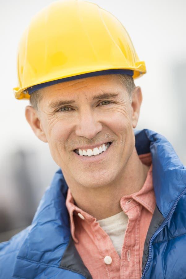 Πορτρέτο του ευτυχούς εργάτη οικοδομών στοκ εικόνα με δικαίωμα ελεύθερης χρήσης