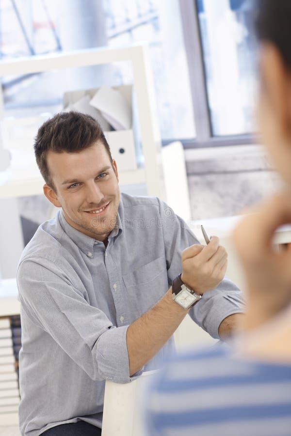 Πορτρέτο του ευτυχούς εργαζομένου γραφείων στοκ φωτογραφία με δικαίωμα ελεύθερης χρήσης