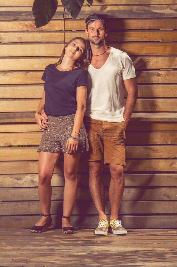 Πορτρέτο του ευτυχούς ζεύγους που στέκεται έξω στα περιστασιακά ενδύματα στοκ φωτογραφίες