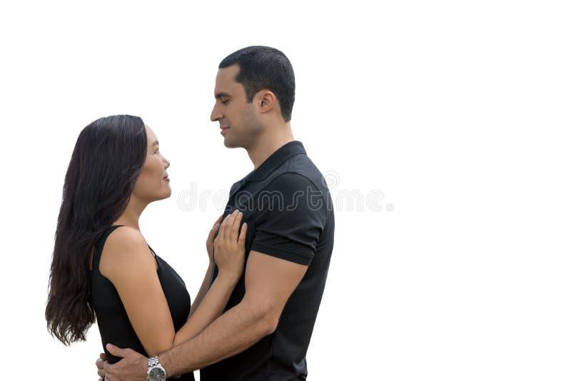 Πορτρέτο του ευτυχούς διαφυλετικού ζεύγους ερωτευμένου που απομονώνει με τα copys στοκ φωτογραφία