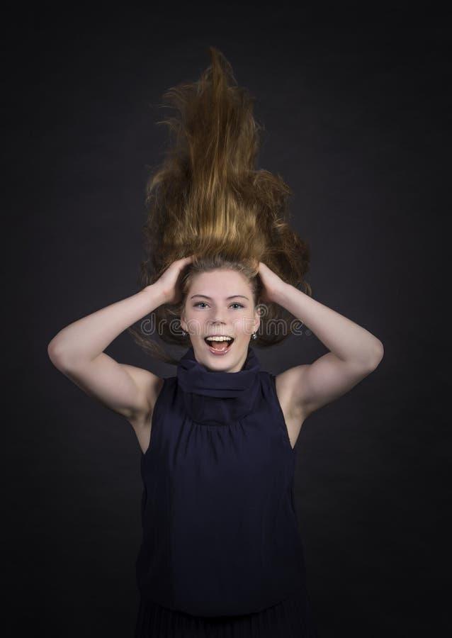 Πορτρέτο του ευτυχούς κοριτσιού με μακρυμάλλη στοκ φωτογραφία με δικαίωμα ελεύθερης χρήσης