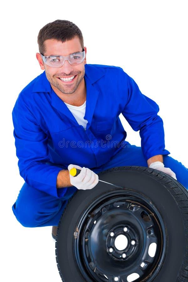 Πορτρέτο του ευτυχούς μηχανικού που εργάζεται στη ρόδα στοκ εικόνες