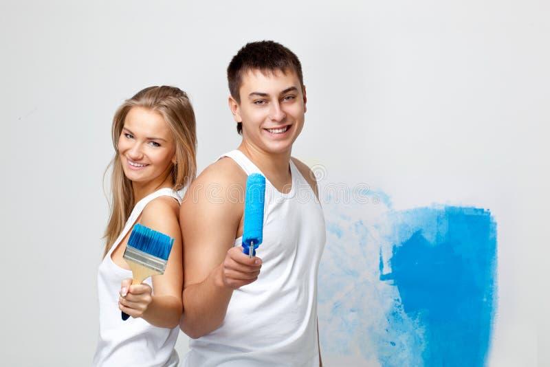 Πορτρέτο του ευτυχούς νέου αγαπώντας ζεύγους στοκ φωτογραφία