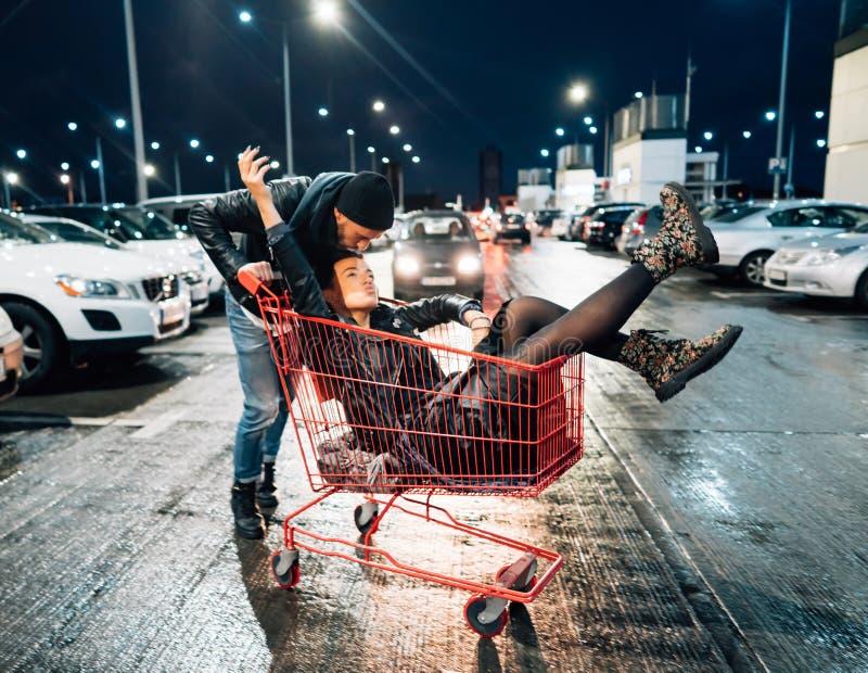 Πορτρέτο του ευτυχούς νέου ζεύγους που έχει τη διασκέδαση στοκ φωτογραφία με δικαίωμα ελεύθερης χρήσης