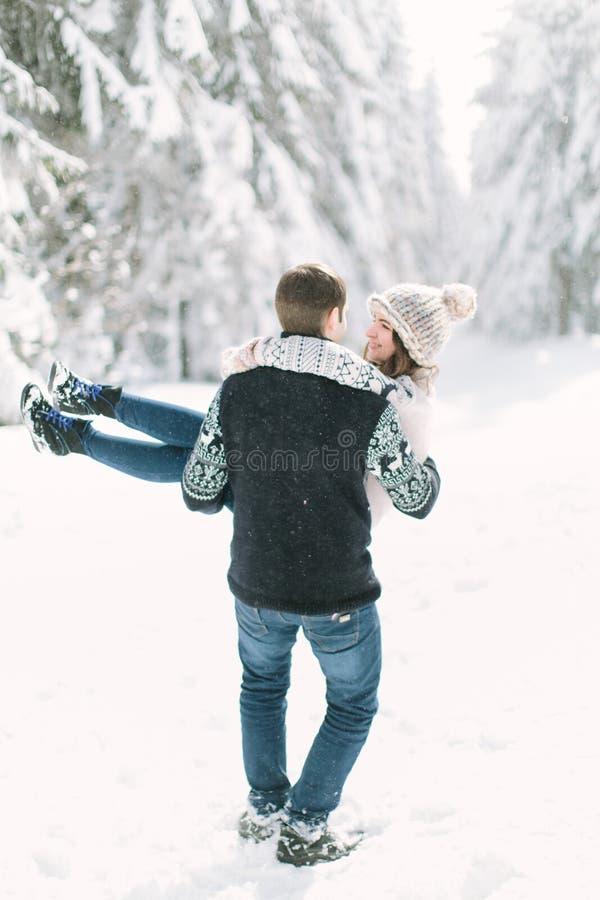 Πορτρέτο του ευτυχούς νέου ζεύγους που απολαμβάνει την ημέρα σε ένα κρύο χειμερινό δάσος στοκ φωτογραφία με δικαίωμα ελεύθερης χρήσης