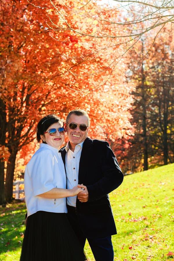 Πορτρέτο του ευτυχούς νέου ζεύγους που φορά τα πουκάμισα που έχουν τη διασκέδαση υπαίθρια στο πάρκο στοκ εικόνες με δικαίωμα ελεύθερης χρήσης