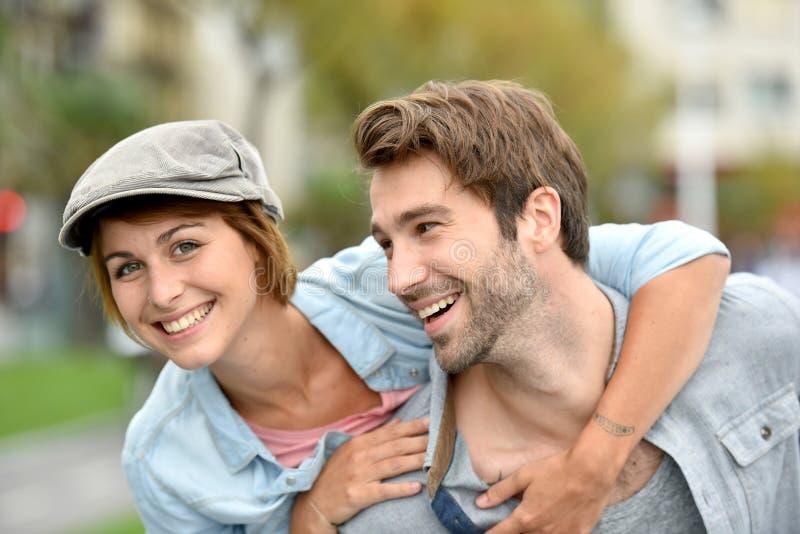 Πορτρέτο του ευτυχούς νέου ζεύγους στις οδούς που έχουν τη διασκέδαση στοκ φωτογραφία με δικαίωμα ελεύθερης χρήσης