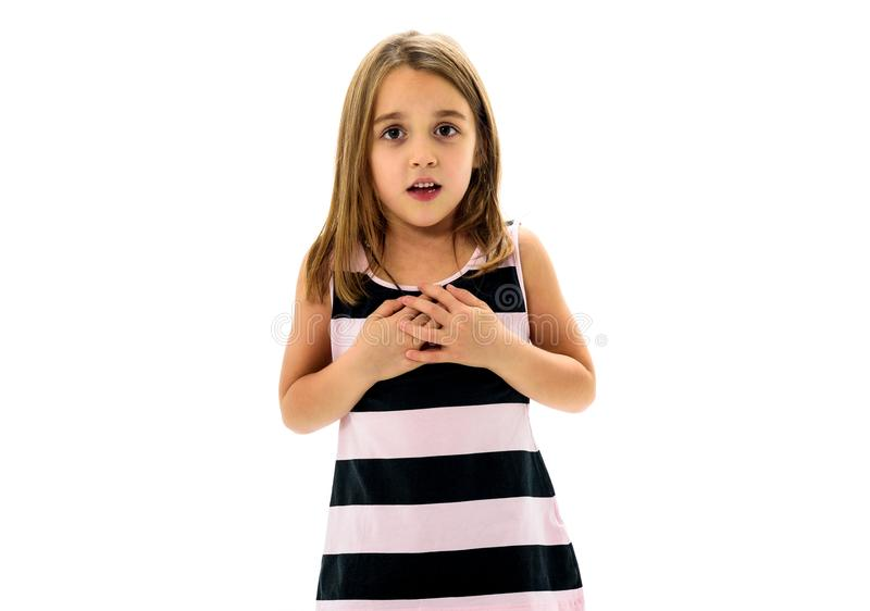 Πορτρέτο του ευτυχούς νέου μικρού κοριτσιού με τις συγκινήσεις στο λευκό στοκ εικόνα