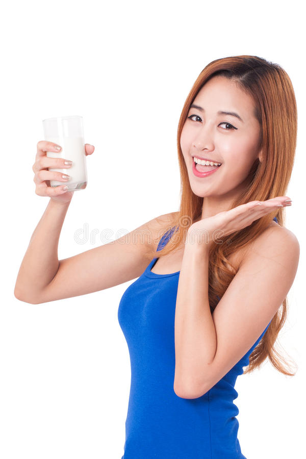 Πορτρέτο του ευτυχούς νέου πόσιμου γάλακτος γυναικών στοκ φωτογραφίες με δικαίωμα ελεύθερης χρήσης
