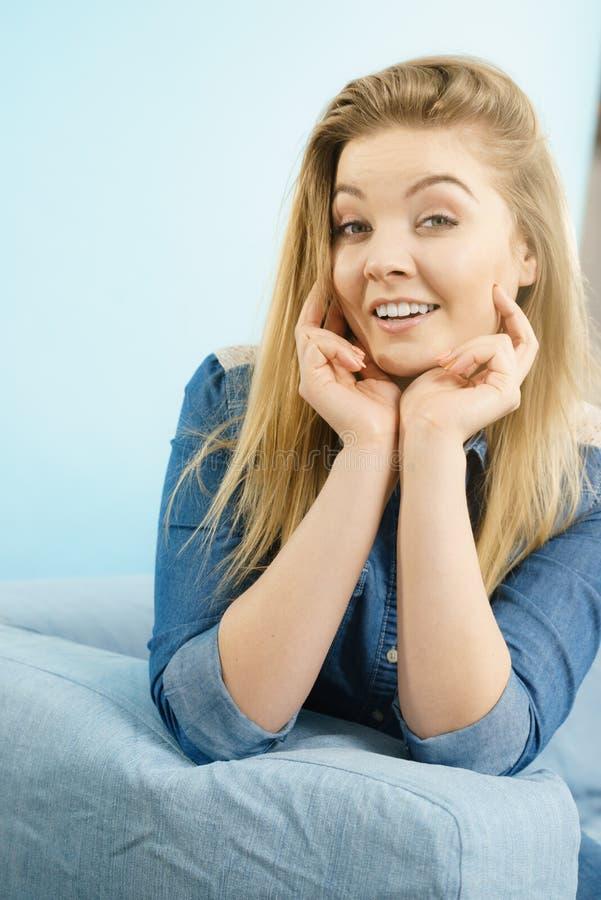 Πορτρέτο του ευτυχούς ξανθού χαμόγελου γυναικών με τη χαρά στοκ εικόνα με δικαίωμα ελεύθερης χρήσης