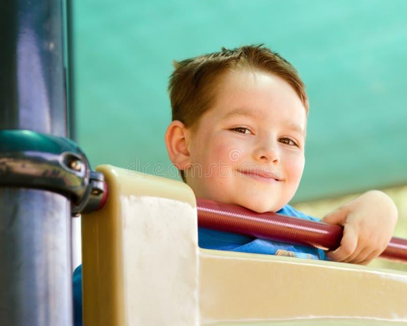 Πορτρέτο του ευτυχούς παιδιού στην παιδική χαρά στοκ φωτογραφίες
