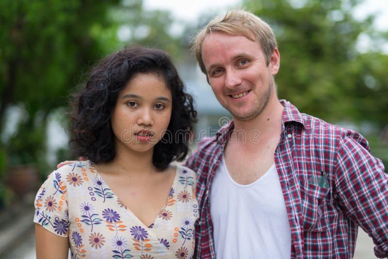 Πορτρέτο του ευτυχούς πολυ-εθνικού ζεύγους μαζί υπαίθρια στοκ φωτογραφίες
