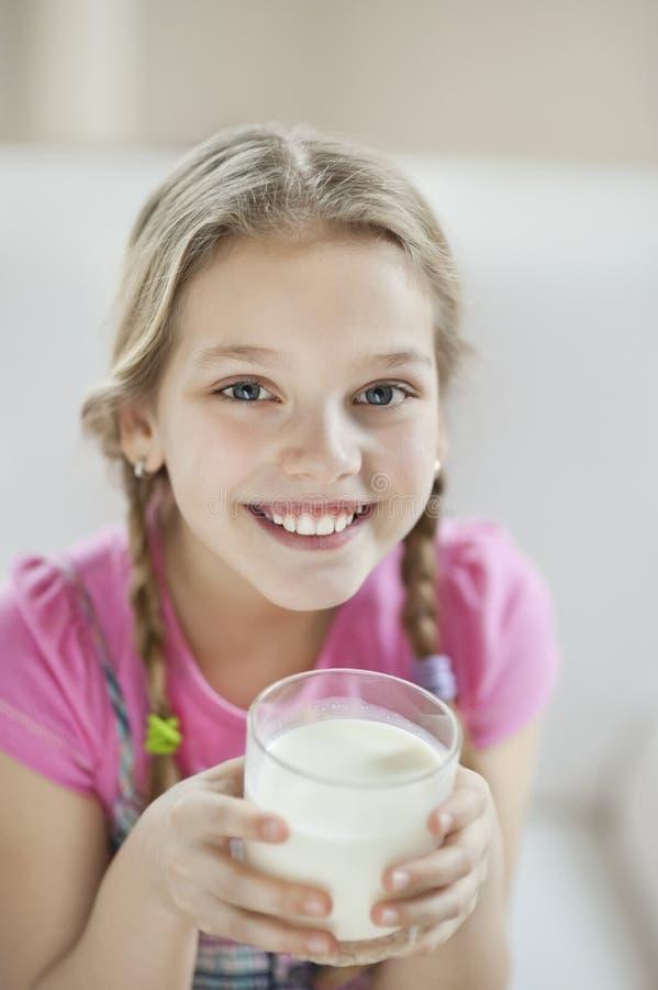Πορτρέτο του ευτυχούς πόσιμου γάλακτος νέων κοριτσιών στοκ φωτογραφίες με δικαίωμα ελεύθερης χρήσης