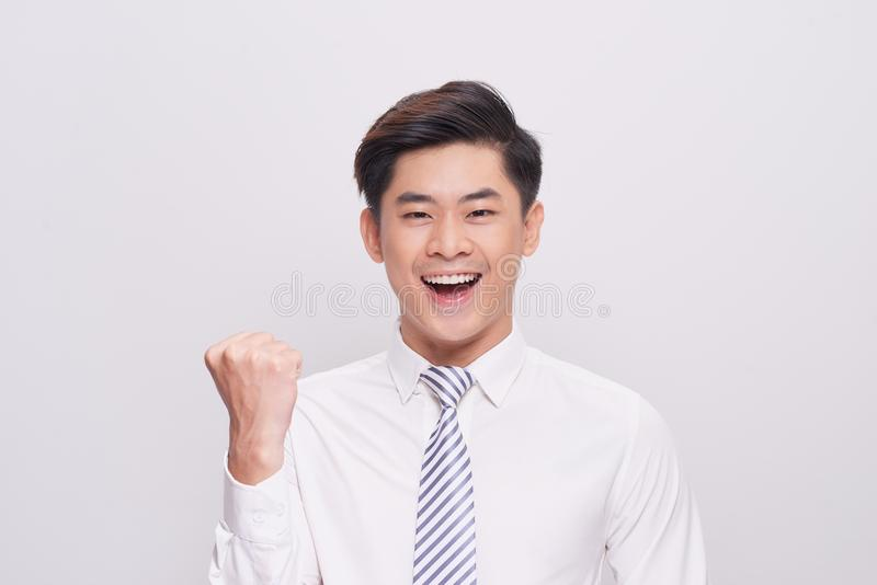 Πορτρέτο του ευτυχούς συγκινημένου νέου ασιατικού επιχειρηματία στοκ εικόνα με δικαίωμα ελεύθερης χρήσης