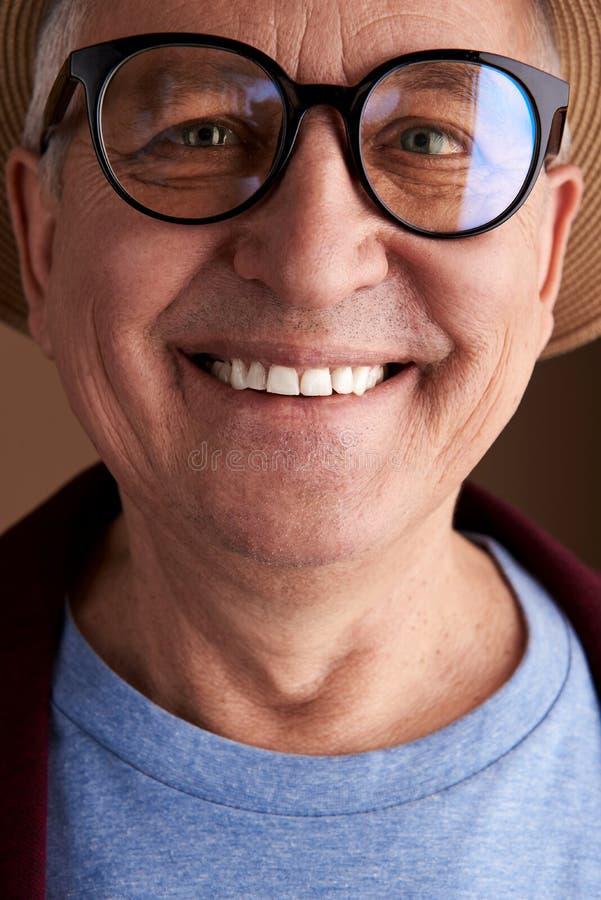 Πορτρέτο του ευτυχούς φιλικού χαμόγελου ατόμων στη κάμερα στοκ φωτογραφία