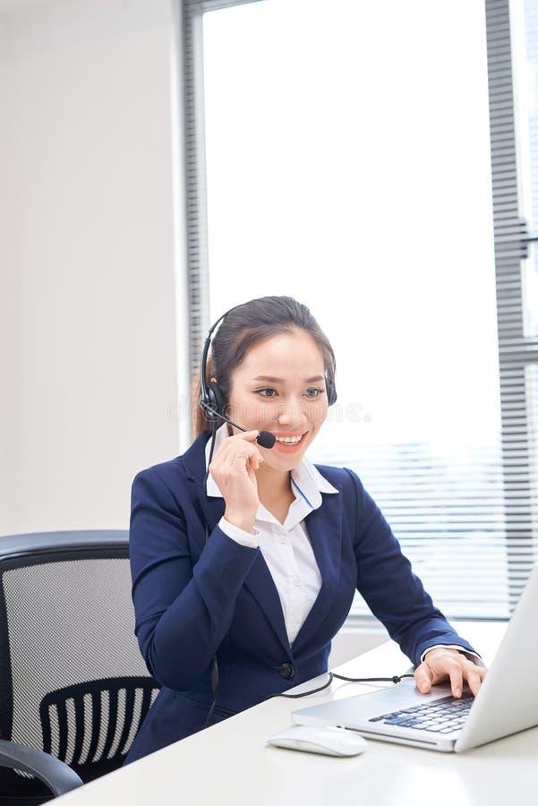 Πορτρέτο του ευτυχούς χαμογελώντας θηλυκού τηλεφωνικού χειριστή υποστήριξης πελατών στον εργασιακό χώρο Ασιατικά στοκ φωτογραφία με δικαίωμα ελεύθερης χρήσης