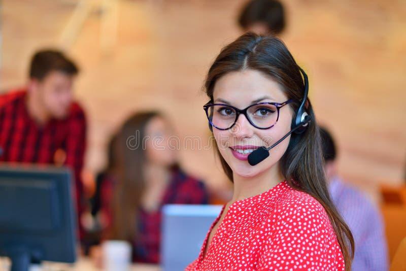 Πορτρέτο του ευτυχούς χαμογελώντας θηλυκού τηλεφωνικού χειριστή υποστήριξης πελατών στον εργασιακό χώρο στοκ εικόνες με δικαίωμα ελεύθερης χρήσης