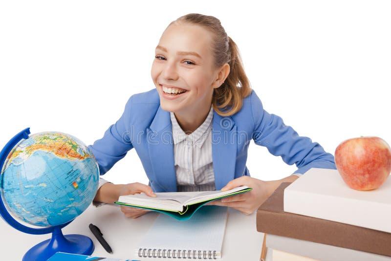 Πορτρέτο του ευτυχούς χαμογελώντας νέου κοριτσιού σπουδαστών στοκ φωτογραφίες