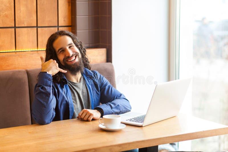 Πορτρέτο του ευτυχούς όμορφου νέου ενήλικου ατόμου freelancer στην περιστασιακή συνεδρίαση ύφους στον καφέ με το lap-top, που παρ στοκ εικόνες με δικαίωμα ελεύθερης χρήσης