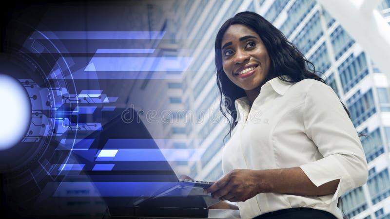 Πορτρέτο του ευτυχούς lap-top υπολογιστών χρήσεων επιχειρησιακών αφρικανικού γυναικών στοκ φωτογραφία