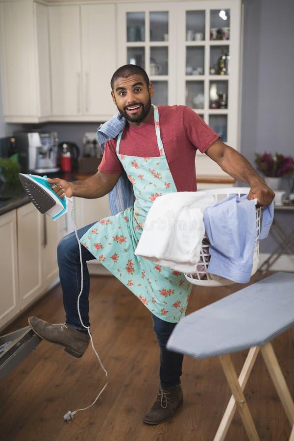 Πορτρέτο του ευτυχών καλαθιού και του σιδήρου πλυντηρίων εκμετάλλευσης ατόμων κλείνοντας το πλυντήριο πιάτων στην κουζίνα στοκ εικόνες