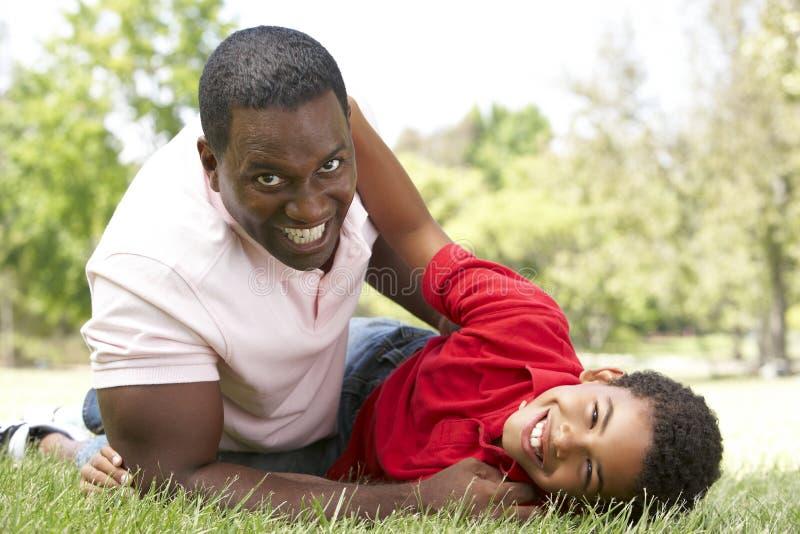 Πορτρέτο του ευτυχών πατέρα και του γιου στο πάρκο στοκ φωτογραφίες με δικαίωμα ελεύθερης χρήσης