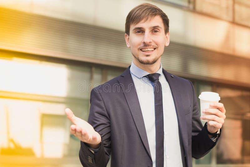 Πορτρέτο του εύθυμου αρσενικού που στέκεται υπαίθριο στοκ φωτογραφία με δικαίωμα ελεύθερης χρήσης