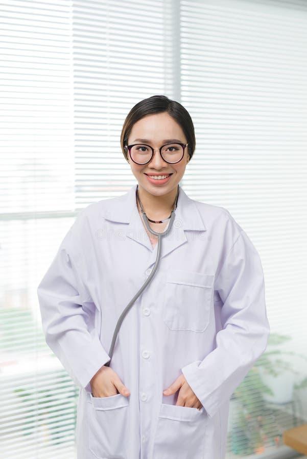 Πορτρέτο του εύθυμου ευτυχούς θηλυκού γιατρού στο νοσοκομείο στοκ εικόνες