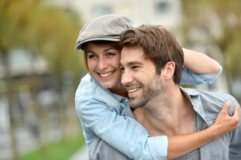 Πορτρέτο του εύθυμου ζεύγους που έχει τη διασκέδαση υπαίθρια στοκ φωτογραφίες