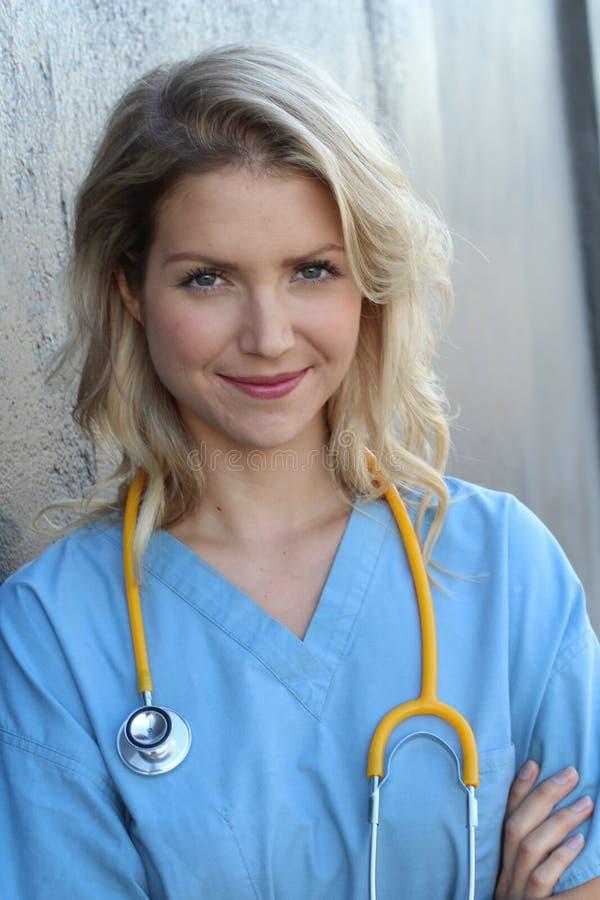 Πορτρέτο του εύθυμου θηλυκού γιατρού στο γραφείο στοκ φωτογραφίες