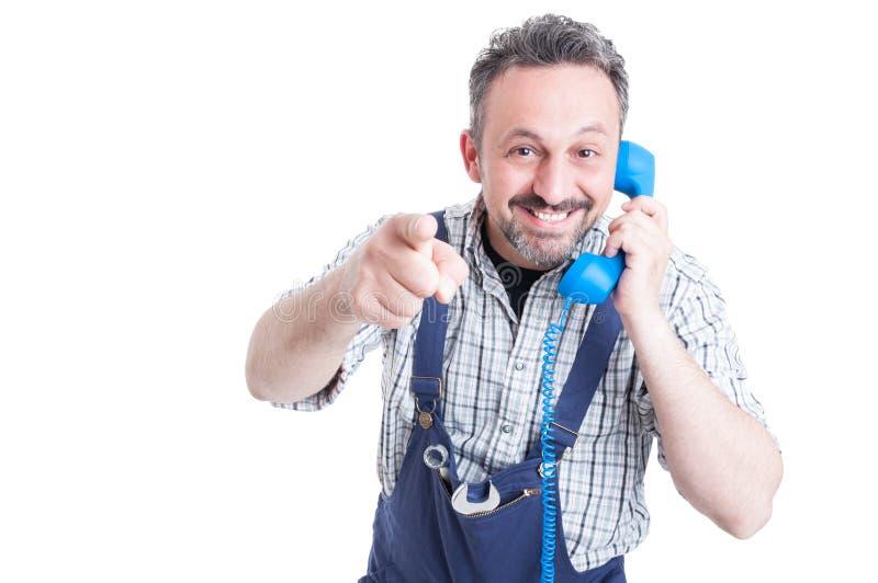 Πορτρέτο του εύθυμου μηχανικού με το τηλέφωνο που δείχνει σας στοκ φωτογραφία με δικαίωμα ελεύθερης χρήσης