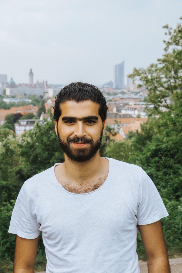 Πορτρέτο του εύθυμου συριακού ατόμου στοκ φωτογραφία με δικαίωμα ελεύθερης χρήσης