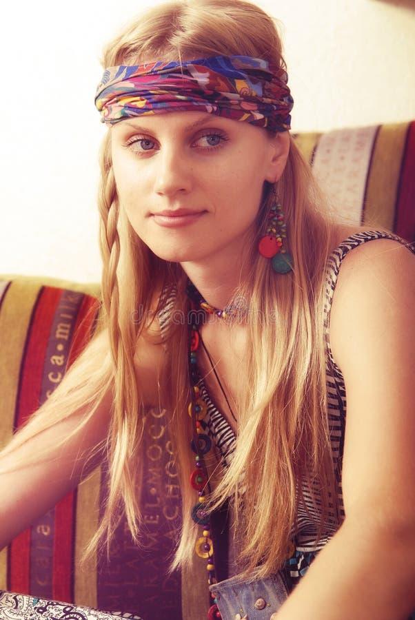 Πορτρέτο του ελκυστικού κοριτσιού hipster στα όνειρα στοκ εικόνες με δικαίωμα ελεύθερης χρήσης