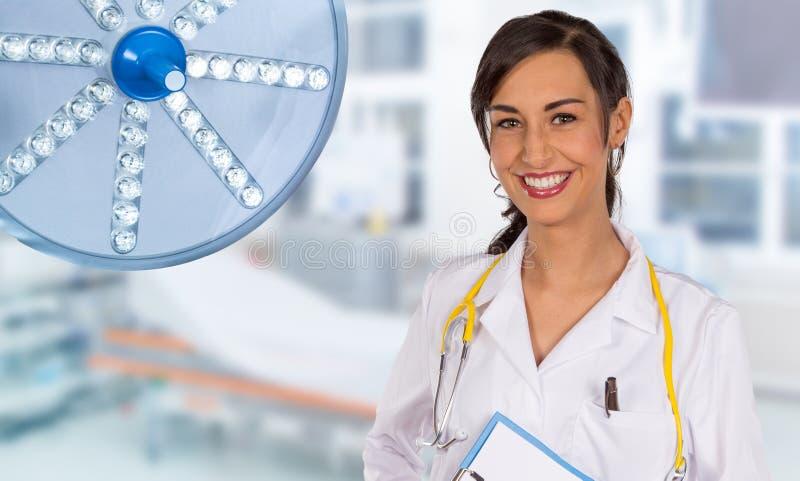 Πορτρέτο του ελκυστικού νέου θηλυκού γιατρού στοκ φωτογραφία με δικαίωμα ελεύθερης χρήσης