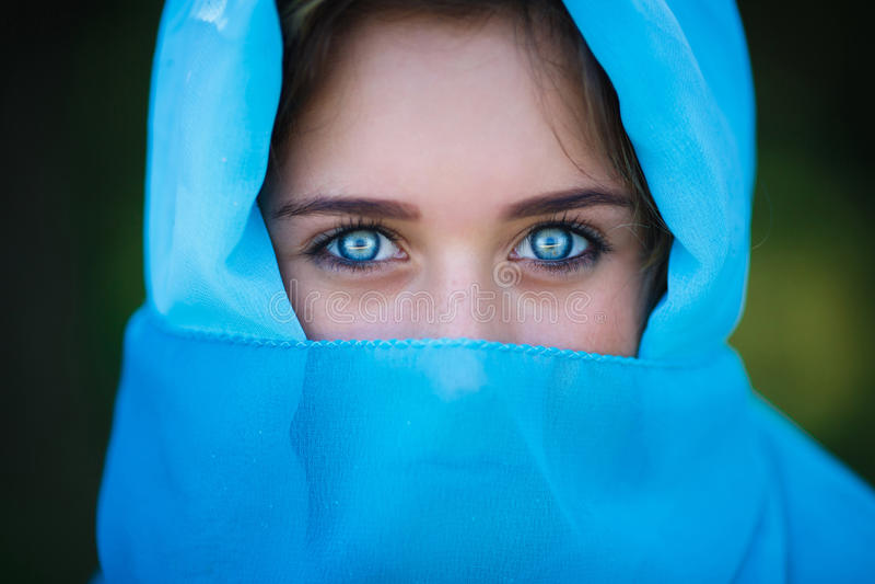 Πορτρέτο του ελκυστικού νέου κοριτσιού στη Sari στοκ φωτογραφία με δικαίωμα ελεύθερης χρήσης
