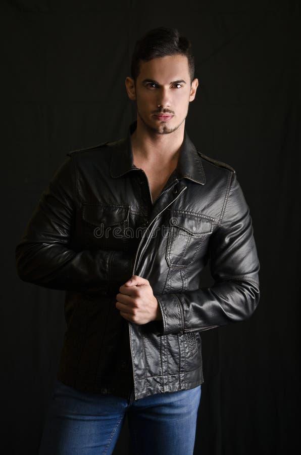 Πορτρέτο του ελκυστικού νεαρού άνδρα με το σακάκι και τα τζιν δέρματος στοκ εικόνες με δικαίωμα ελεύθερης χρήσης