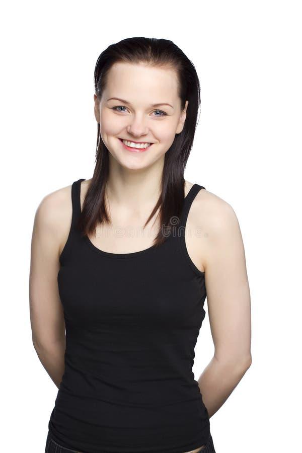 Πορτρέτο του ελκυστικού χαμόγελου κοριτσιών στο μαύρο φόρεμα στοκ φωτογραφίες