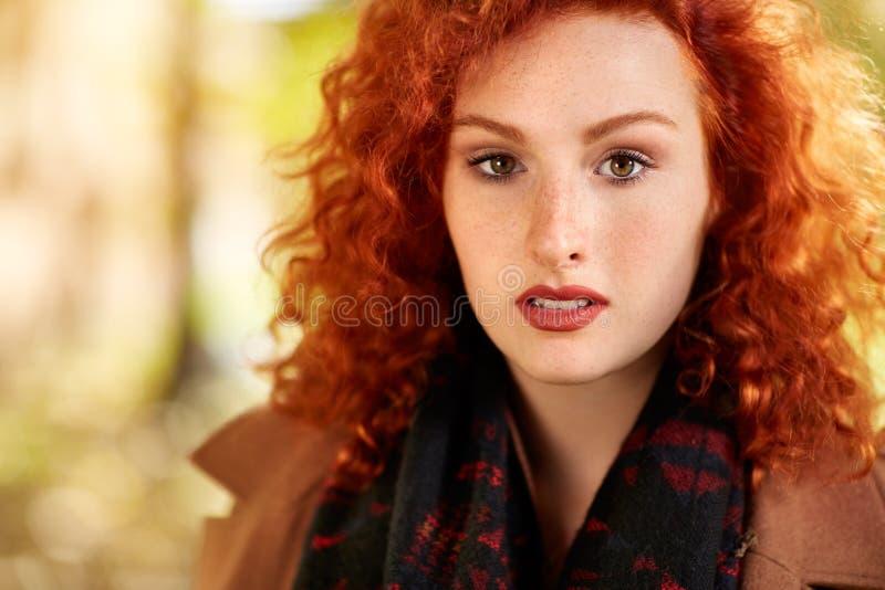 Πορτρέτο του ελκυστικού redhead κοριτσιού στοκ φωτογραφία με δικαίωμα ελεύθερης χρήσης