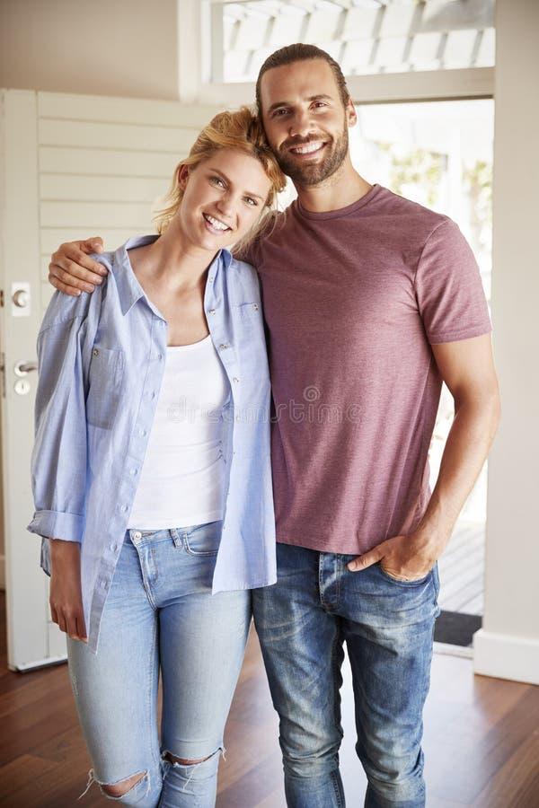 Πορτρέτο του ζεύγους από την ανοικτή μπροστινή πόρτα στο σαλόνι του νέου σπιτιού στοκ εικόνα με δικαίωμα ελεύθερης χρήσης