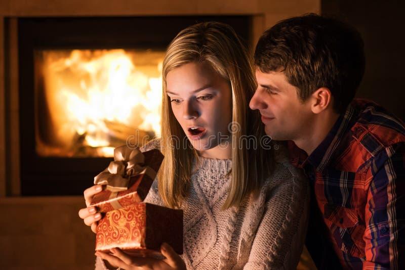 Πορτρέτο του ζεύγους με το δώρο boxe στοκ εικόνες