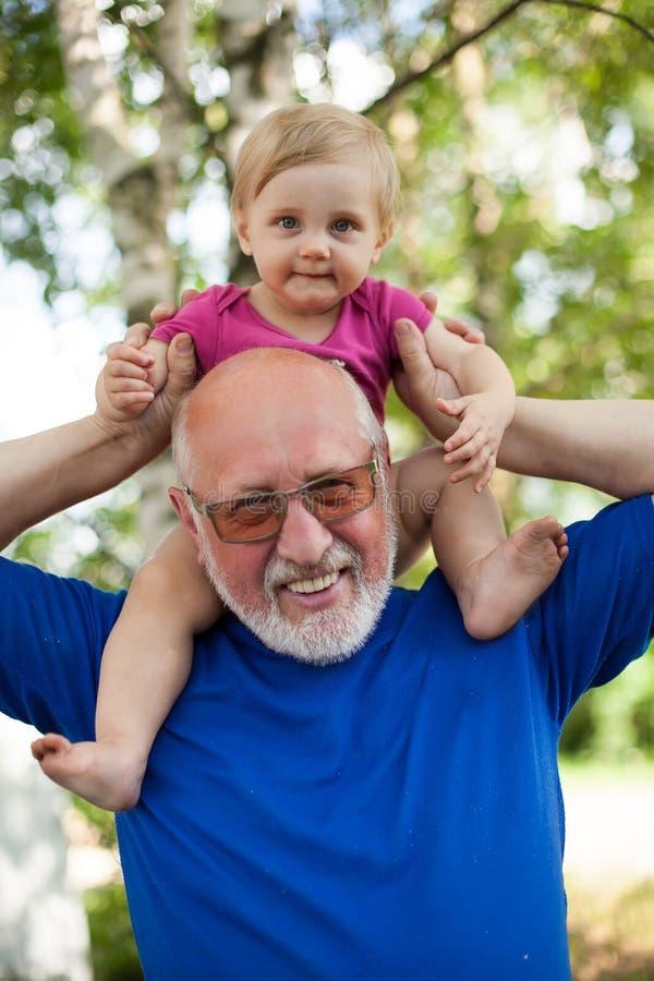 Πορτρέτο του ηλικιωμένου παππού και της εγγονής του νήπιο στοκ εικόνα