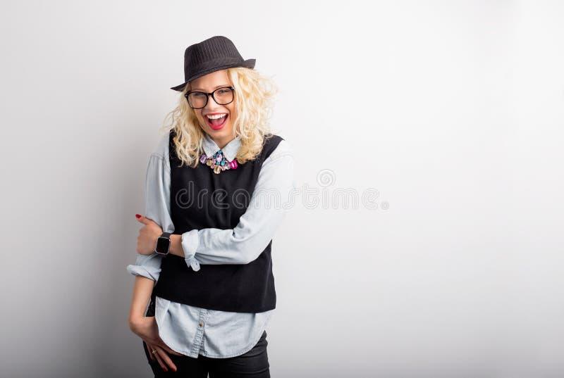 Πορτρέτο του δημιουργικού και αστείου χαμόγελου γυναικών στοκ εικόνα με δικαίωμα ελεύθερης χρήσης