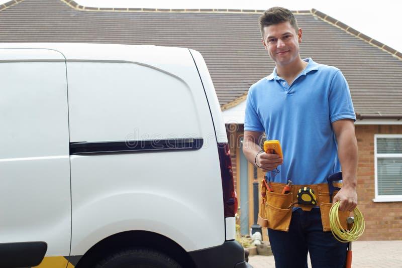 Πορτρέτο του ηλεκτρολόγου με Van Outside House στοκ φωτογραφία