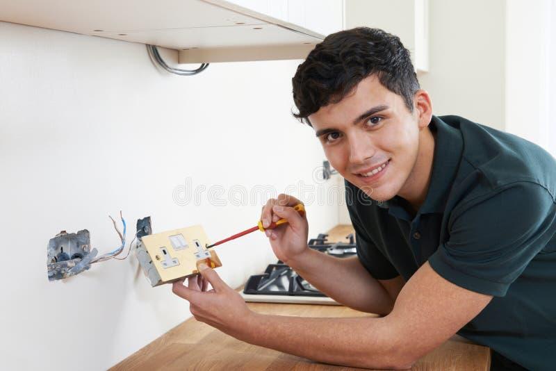 Πορτρέτο του ηλεκτρολόγου που εγκαθιστά την υποδοχή στο καινούργιο σπίτι στοκ φωτογραφίες με δικαίωμα ελεύθερης χρήσης