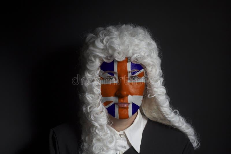 Πορτρέτο του θηλυκού αγγλικού δικηγόρου με τη χρωματισμένη βρετανική σημαία του Union Jack στοκ εικόνα με δικαίωμα ελεύθερης χρήσης