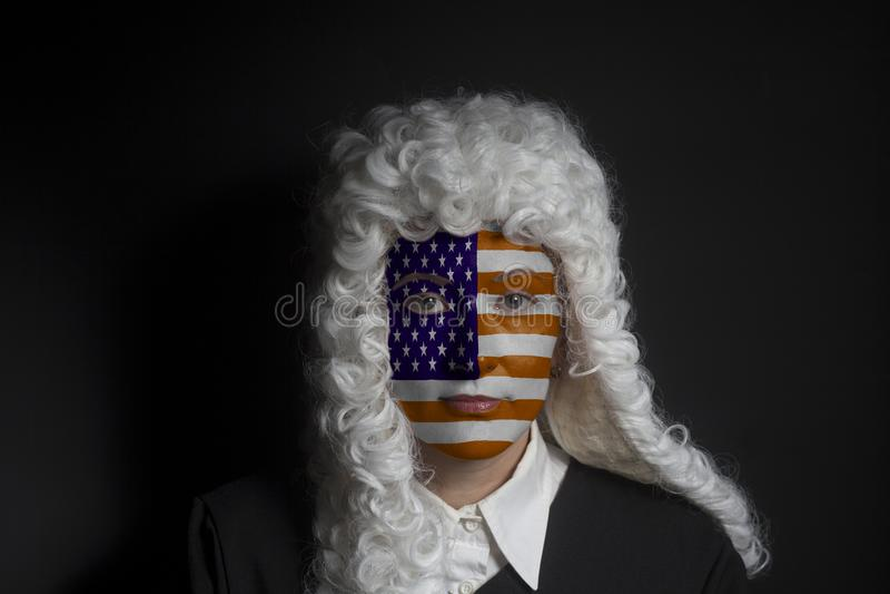 Πορτρέτο του θηλυκού αμερικανικού δικηγόρου με τη χρωματισμένη ΑΜΕΡΙΚΑΝΙΚΗ σημαία στοκ εικόνες με δικαίωμα ελεύθερης χρήσης