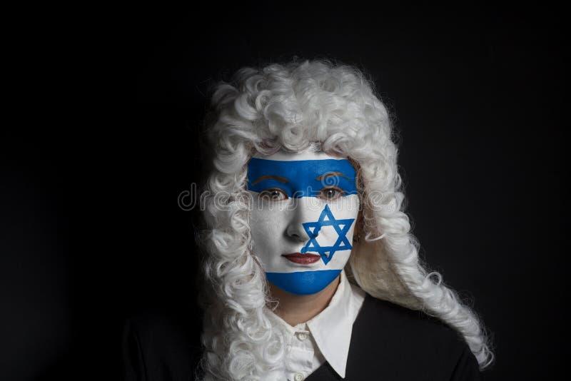 Πορτρέτο του θηλυκού εβραϊκού δικηγόρου με τη χρωματισμένη σημαία του Ισραήλ στοκ εικόνες