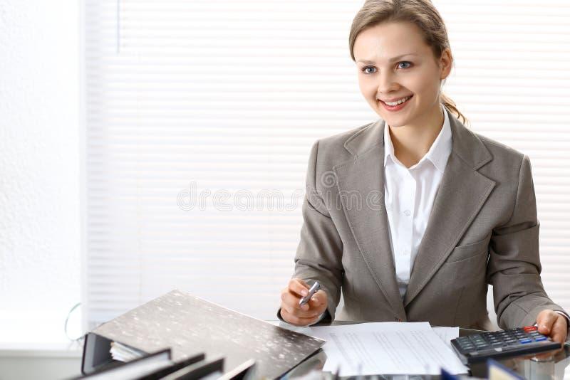Πορτρέτο του θηλυκού λογιστή ή του οικονομικού επιθεωρητή που κάνει την έκθεση, που υπολογίζει ή που ελέγχει την ισορροπία Διαστη στοκ φωτογραφίες